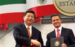 Xi Jinping and Peña Nieto exchange gifts and smiles during a formal presentation