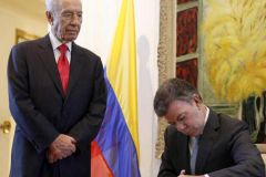 President Santos with Shimon Peres at the signing ceremony in Jerusalem