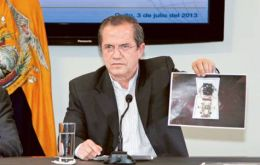Foreign minister Patiño shows the bug found in Ambassador Ana Alban in her office