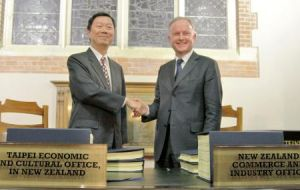 Taiwan and NZ signed a trade agreement in a very low key ceremony with third line officials (Photo CNA)