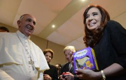 Cristina Fernandez showing the Pope's gift