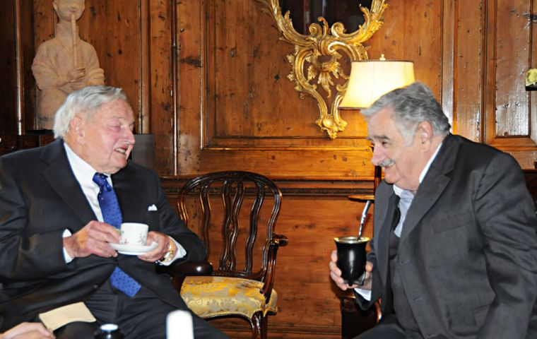 Mujica during his meeting with Rockefeller, tea and mate, two different styles, two different realities