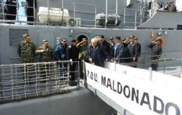 Defence minister Fernandez Huidobro on one of the vessels involved in the exercise (Photo: El Pais)