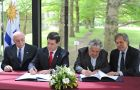 Cartes and Mujica sign the joint communiqué next to Foreign ministers Eloizaga and Almagro