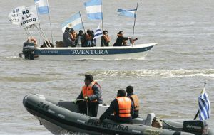 Some of the few boats that protested along the River Uruguay closely watched by Uruguayan force