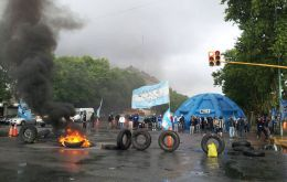 Quebracho group sets alight tyres and other elements before leaving the picket area (Pic Clarin)