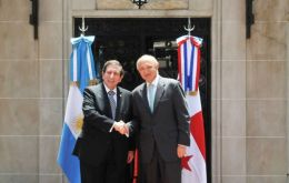 Timerman (R) thanked Núñez Fàbrega for the standing support on the Malvinas question
