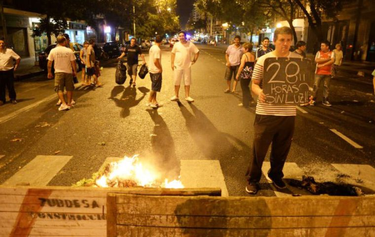 People out in the streets banging pots to protest (Photo: DYN)