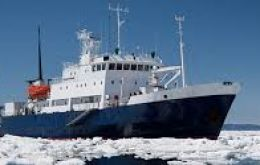 The Russian vessel trapped by ice every summer travels to Antarctica