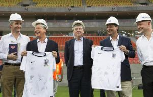 England coach Roy Hodgson (C) stands with British Ambassador Alex Ellis (L), Manaus Mayor Artur Neto (2nd L), Amazonas State Governor Omar Aziz, and British Foreign Secretary William Hague (R)