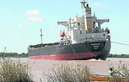 MV Paraskevi is grounded with a cargo of 45.000 tons of soybeans (Credit Clarin)