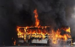 Buses set on fire in the highway connecting Niteroi with the hills surrounding Rio