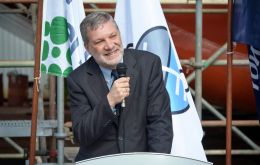 Minister Kreimerman made the announcement during the launching of a barge with 5.000 tons capacity for the pulp industry