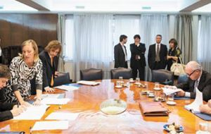 Minister Kicillof (L) signed the deal with representatives from Repsol