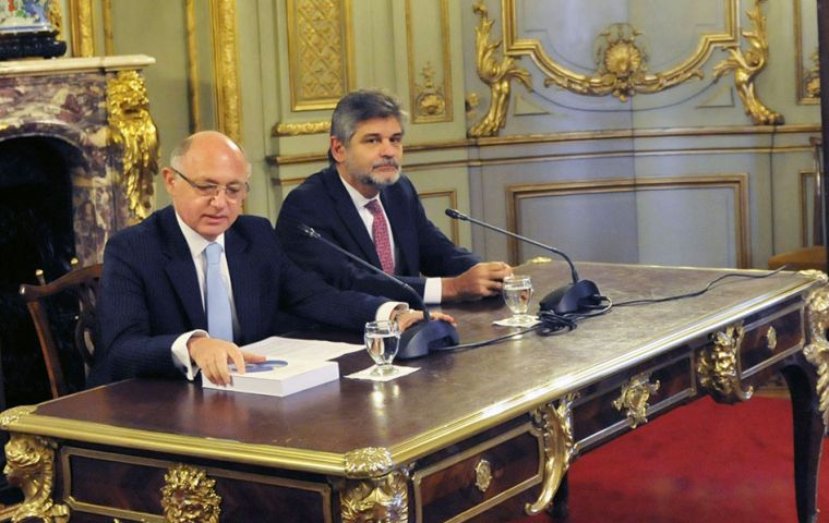 Timerman and Filmus at the ceremony in the San Martín Palace presenting the book in two versions, Spanish and English