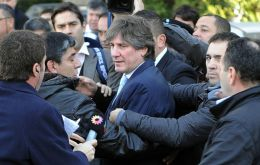 Boudou surrounded by bodyguards and the media when he arrived at the court house