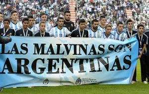 The controversial banner previous to the Eslovenia-Argentina match
