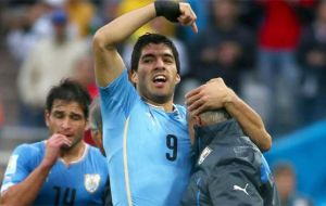 Suarez runs to embrace his physiotherapist