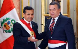 The former military officer Daniel Urresti has the support from President Humala (L)