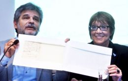 Minister of Culture Parodi and Daniel Filmus during the ceremony dedicated to the San Martin letter that mentions Patagones and Malvinas prisoners (Pic Telam)
