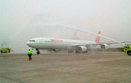 The Iberia jet landed at 7:15 a.m. at Montevideo's Carrasco International Airport after a 13-hour non-stop flight that covered 10,000 kilometers.