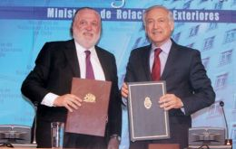 The accord to ensure greater connectivity was signed by foreign minister Heraldo Muñoz and Argentine ambassador in Santiago, Gines Gonzalez Garcia (L).