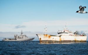 Between 6/13 January, a RNNZ Naval Patrol spotted the Yongding, the Kunlun and the Songhua, hauling gill nets laden with toothfish in a CCAMLR area