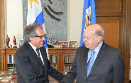 Almagro greeted by Insulza before the meeting in which they discussed the regional political situation