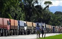Trucks heading to the port through the city of Santos on the Anchieta Highway were prevented from entering, although they could proceed to Guaruja