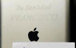 "The iPad carries the inscription ""His Holiness Francisco. Servizio Internet Vatican, March 2013,"" with a certificate signed by the Pope's personal secretary"