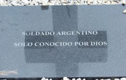 According to a piece in La Nación, Argentina claims the UK is deliberately delaying the process of identifying the NN graves at the Darwin cemetery