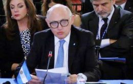 Timerman addressing the OAS assembly. His words must have been very boring since Daniel Filmus sitting behind is clearly fast asleep in his chair.