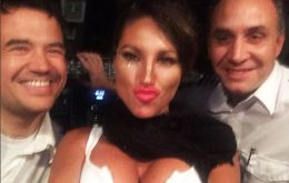 Vicky and her two new friends in a selfie taken in the Buenos Aires Rosario flight