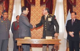 The Chilean and Argentine military officers shake hands following the signing of the document relative to Paracah activities (Pic LPA)