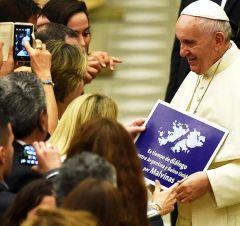 """Il Portavoce del Papa ha said Che il manifesto e Stato consegnato nel corso di Una Riunione pubblica settimanale when molte PERSONE Gli Danno Le cose e """"non AVEVA idea di che cosa l'articolo era"""""""