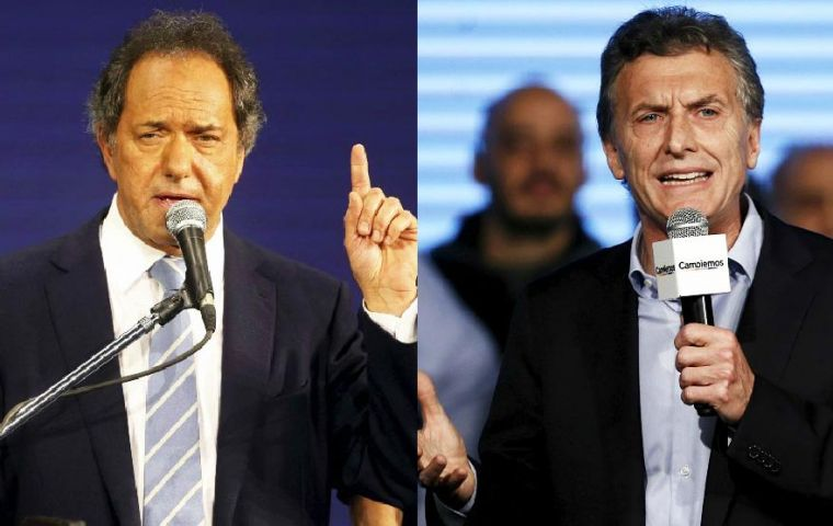 """Until a week ago, Scioli was up 2 points and Macri also 2 points. The difference remains, both are growing evenly"", explained Giacobbe."