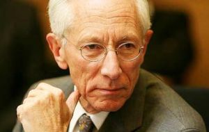 Stanley Fischer was circumspect whether he would prefer to raise rates from near zero at a much-anticipated policy meeting on Sept. 16-17.
