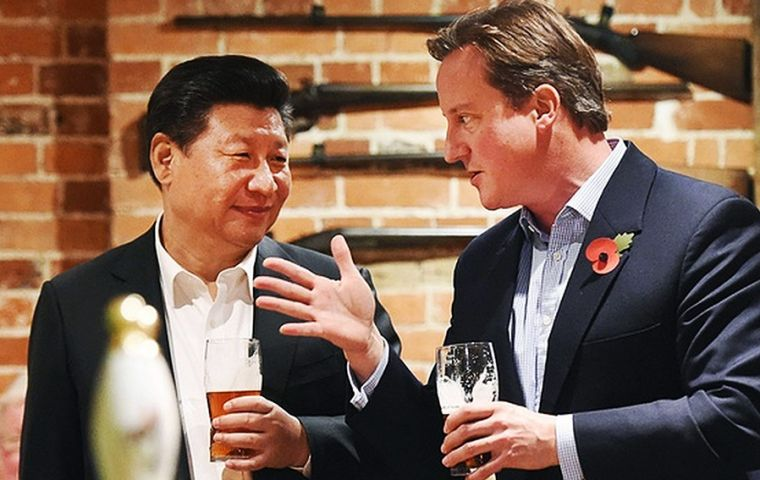Xi Jinping and Prime Minister David Cameron share a beer at an English pub during the Chinese leader's visit to UK