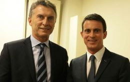 Macri and French PM Valls talked in Spanish and cordial. Valls confirmed President Hollande would be visiting Argentina in February