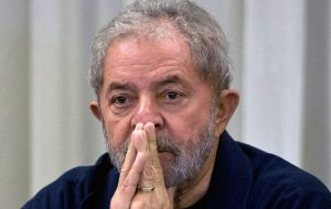 Federal police and prosecutors are acting 'obsessively' in their attempt to link Lula da Silva to the Petrobras corruption scandal, claims the government