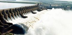 On Monday a barge train passed downstream on the Tiete River through the locks at the Nova Avanhandava hydro-dam for the first time since 2014, the paper said.