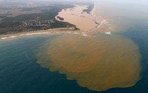 The government considers the tragedy Brazil's biggest environmental disaster. The wave crossed two states and reached the Atlantic ocean.