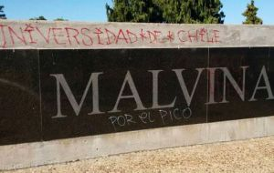 Last February first, 46 followers of the football team Universidad de Chile were detained for scribbling and graffiti at the Malvinas monument