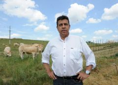President of France's farmer's union group FNSEA, Xavier Beulin, spoke with Prime Minister Manuel Valls to try and resolve the crisis of livestock farming