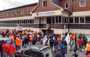 """We must not forget that the main avenue San Martin and Government House remain blocked to officials, staff and the public"", said minister Díaz."