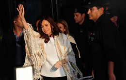 Flanked by police and illuminated by camera flashes, CFK smiled and waved at thousands of sympathizers who encouraged her with banners and chants
