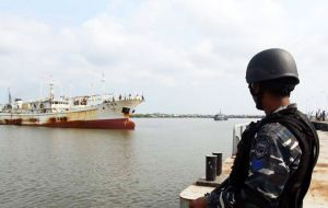 On Friday April 22 the Indonesian Navy was informed on the presence of Hua Li 8 in its EEZ  and did not hesitate in arresting and taking her to port.