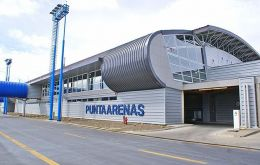 Arrival of passengers at Punta Arenas airport has experienced a sustained increase averaging 9.5% between 1995 and 2015, when it reached 900.000 people.