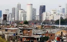 The survey included 5,700 homes in 25 urban settlements (this could refer to cities, towns, etc.) with over 80,000 people, particularly in Greater Buenos Aires