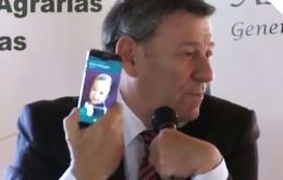 Nin Novoa receives the call on its cell phone, smiles and comments it was Delcy Rodriguez